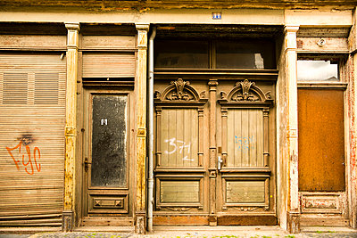 Germany, Saxony, Goerlitz, part of facade of abandoned shop - p300m950973f by Walter G. Allgöwer