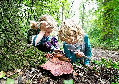 Zwei Mädchen begutachten einen Pilz - p896m959419 von Koen Verheijden