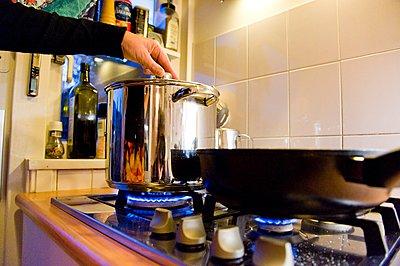 Kochen auf dem Gasherd - p896m959449 von Roel Burgler