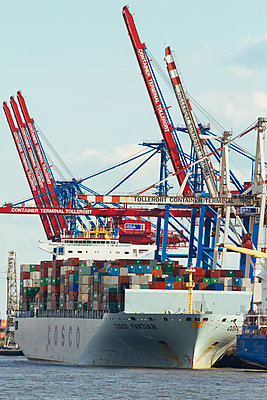Germany, Hamurg, ship and cranes at container terminal Tollerort - p300m948959 by Kristian Peetz