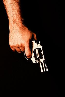 Hand mit Revolver - p3300516 von Harald Braun