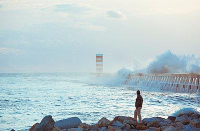Mann beobachtet Wellen - p432m951885 von mia takahara