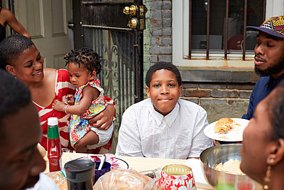 Family eating together at backyard barbecue - p555m1409862 by Granger Wootz