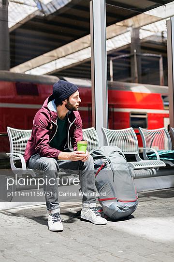 junger Mann wartet am Bahnhof - p1114m1159751 von Carina Wendland