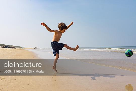 Strandfußball - p305m1169670 von Dirk Morla