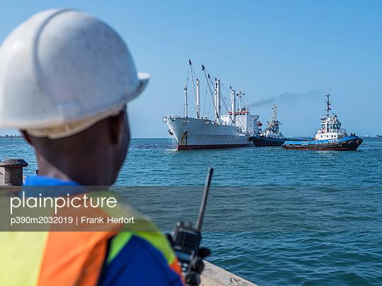 Hafenlotse beim Einweisen eines Schiffes im Hafen am Dock - p390m2032019 von Frank Herfort