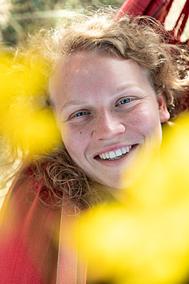 Junge Frau, Portrait - p1437m2107322 von Achim Bunz