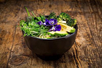 Detox bowl, quinoa, brokkoli, quinoa, avocado, pimientos de padron, cress and pansies - p300m1563320 by Larissa Veronesi