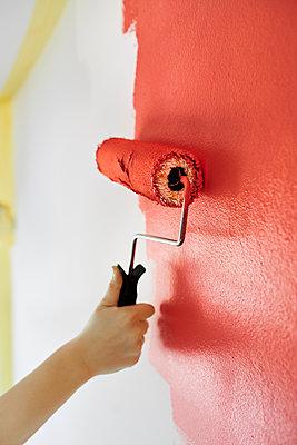 Wand rot streichen - p954m2082875 von Heidi Mayer