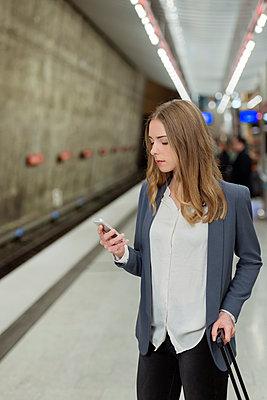 Frau am Bahnsteig - p081m1124908 von Alexander Keller
