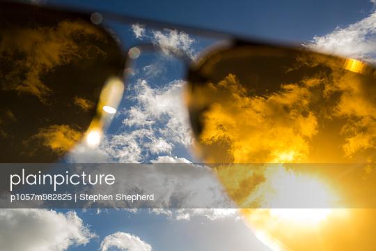 Gelbe Sonnenbrille - p1057m982825 von Stephen Shepherd
