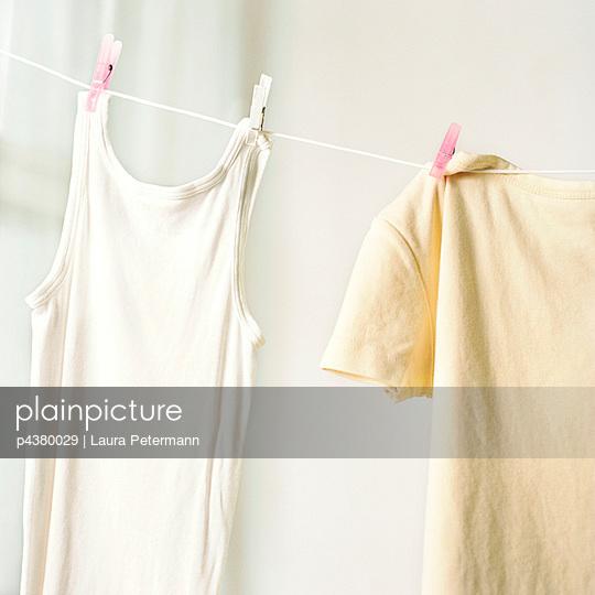 Wäsche an der Leine - p4380029 von Laura Petermann
