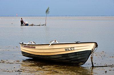 Boot im Watt - p148m971768 von Axel Biewer