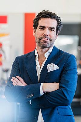 Portrait of a confident businessman in a factory - p300m2159953 by Daniel Ingold