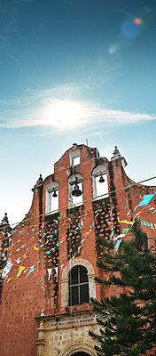 Kirche und Girlande - p375m1563846 von whatapicture