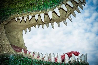 Close The Gap In Dinosaur With Sharp Teeth, Sculpture   - p847m988467 by Jan Håkan Dahlström