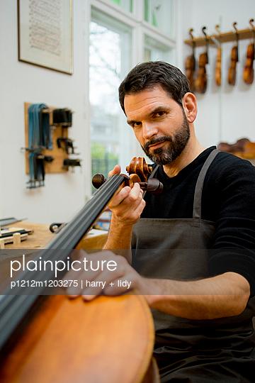 Handwerker - Arbeit an dem Cello in der Werkstatt - p1212m1203275 von harry + lidy