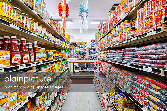 Food on shelves of grocery store - p555m1532647 by Spaces Images