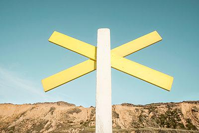 Gelbes Buhnenkreuz am Strand von Kampen auf der Nordseeinsel Sylt - p1162m1502430 von Ralf Wilken