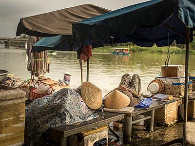 Markthändler machen Mittagsschlaf - p393m1452258 von Manuel Krug