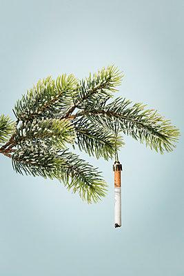 Zigarette als Christbaumschmuck - p943m1333082 von Do-It-Studios