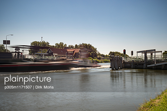 Schiffe am Kanal, Nordholland - p305m1171507 von Dirk Morla