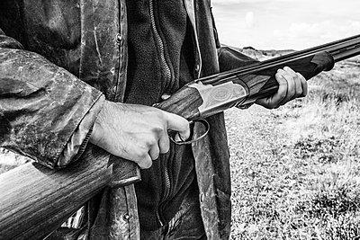 Mann hält Gewehr - p1082m2022012 von Daniel Allan