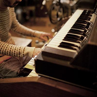 Musician playing organ - p675m922811 by Marion Barat