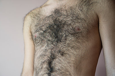 Close up of a young man's naked chest  - p794m1092336 by Mohamad Itani