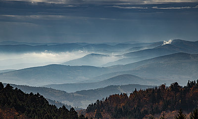 Foggy mountain landscape at dawn - p910m2127874 by Philippe Lesprit