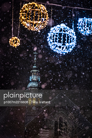 France, Le Grand Bornand, Christmas decoration with church at night - p1007m2216608 by Tilby Vattard