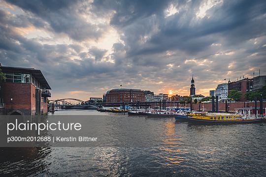 Germany, Hamburg, inland harbour with St. Michaelis Church in background - p300m2012688 von Kerstin Bittner