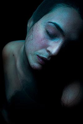 Frau unter Nylon - p1165m956393 von Pierro Luca