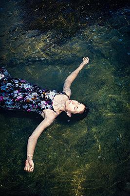 Ertrunkenes Mädchen am Ufer - p1432m2134556 von Svetlana Bekyarova