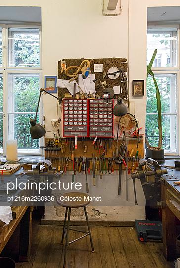 Workshop - p1216m2260936 by Céleste Manet