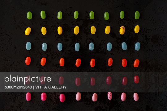 Arrangement of colorful candies on black ground - p300m2012340 von VITTA GALLERY