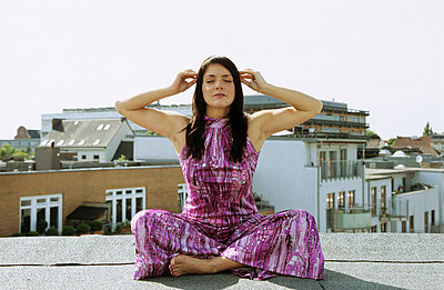 Sitting cross-legged - p0450168 by Jasmin Sander