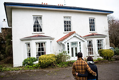 Couple looking at their new house - p1315m1199366 by Wavebreak