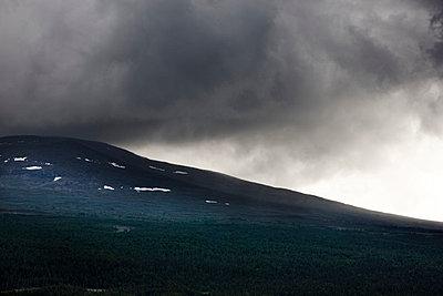 Dunkle Wolken über dem Berg - p248m817747 von BY