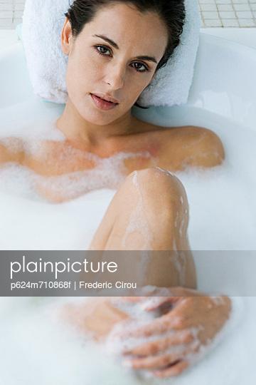 Nude woman in bubble bath — pic 9