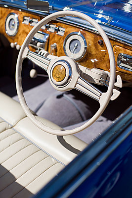 Close-up, detail of steering wheel and dashboard of a vintage British sport's car - p1094m890272 by Patrick Strattner