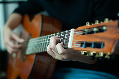 woman's hands playing acoustic guitar, close up - p1166m2148760 by Cavan Images