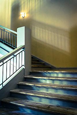 Holztreppe in einem Gebäude - p1170m2081704 von Bjanka Kadic