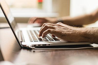 Man's hand on keyboard of laptop, partial view - p300m1587896 von VITTA GALLERY