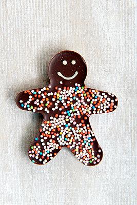 Lebkuchenmann aus Schokolade - p451m1516767 von Anja Weber-Decker