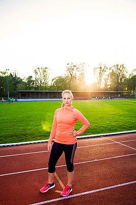 Sportliche Frau - p904m1031365 von Stefanie Päffgen