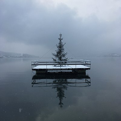 Christmas tree on a platform, Lake Wörthersee - p1401m2229887 by Jens Goldbeck
