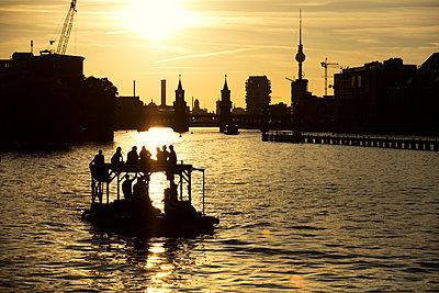 Pleasure boat on Spree river at night - p226m1444521 by Sven Görlich