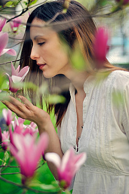 Young woman smelling flowers - p577m925763 by Mihaela Ninic