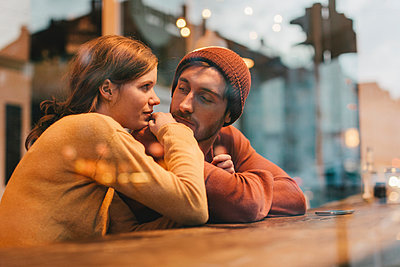 Young couple on the window in cafe - p586m1011341 by Kniel Synnatzschke